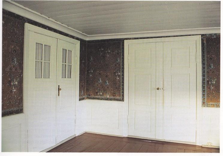 Etter tre år med oppussingsarbeider kunne man flytte inn i soverommet, nå med et nyoppdaget og ny restaurert klenodium på veggen. Foto: Steinar Bjørseth.