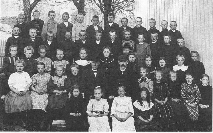 Klassebilde fra skoleåret 1905/06. Thor Hansen med hatt og Edvard Wille med sixpence. Foto: Herstad skoles arkiv.