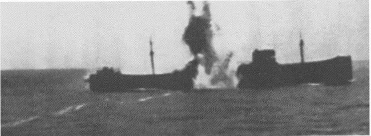 En norsk tanker som i 1941 fikk en fulltreffer fra en tysk u-båt. Skumstripen til torpedoen ses tydelig.