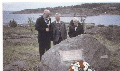Etter avduking av av minneplaten på Mellom Bollæren 8. mai 1995. Fra venstre ordfører Svein Harding Hansen, russisk gjest Ivan Stefanovitsj Blinov (som var fange) og John E. Johansen, troppssjef i hjemmestyrkene 8. mai 1945. (Th. Holm)