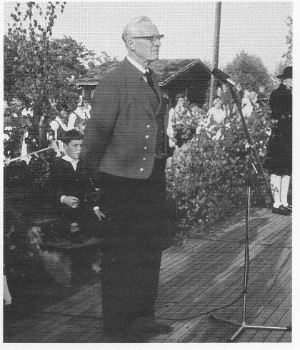 Dillan - i bunad - som taler på sommerstevnet på Setervollen 1966. (Foto utlånt av Gry Dillan)