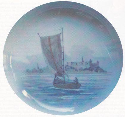Losbåt i Øresund. Maleri på porselensfat fra København. Kronborg i bakgrunnen.