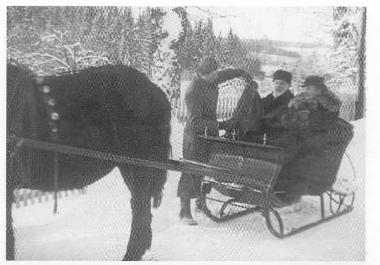 Grans foreldre Klara og Aksel i bredslede uten-for deres hjem i Hella. Foto G. M. Gran.
