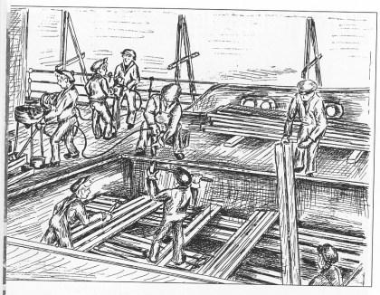 To mann brotsjer naglehull i dekket. Klinkerlag i arbeid rundt lukeåpningen. Tegning av William A. Liverød.