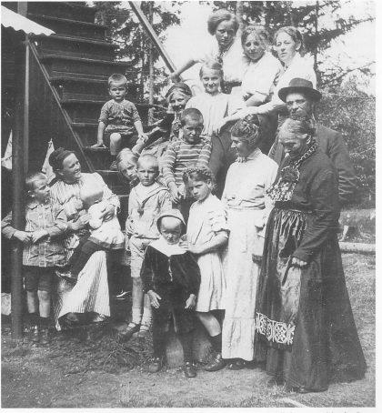 På trappen foran Mamre Lund ca. 1912. Oldemor Sofie Bull, Charlotte Bull, bestemor Martha Berg, mor Sofie, tante Mims og alle barna. Foto utlånt av Gunnar E. Johnson.
