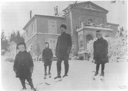 Fagerheim med skiløpere ca. 1907. Fra venstre: Jon født 1902, Georg eller Lauritz, Jonathan og storesøster Gudrun. Ukjent fotograf. Utlånt av Pål E. Johnson.