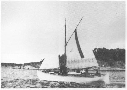 Losskøyten går ut med brødrene Nils og Ole Albrektsen fra Børås ombord, ca. 1910. Brødrenes skøyte forliste forøvrig, men de to sammen med losgutten berget seg i land på en luke til Østfold-siden.
