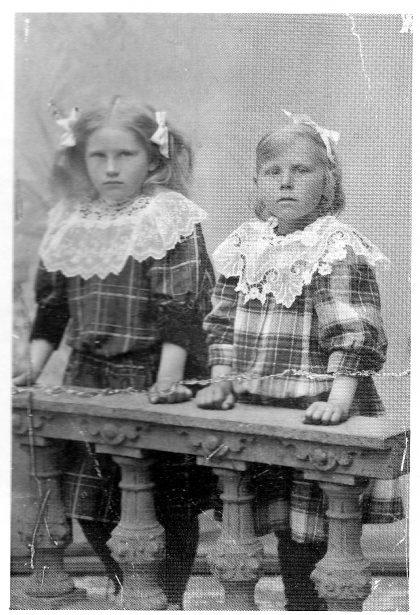 Irene (t. v.) og søsteren Sigrid Andersen som barn på Bjerkø.