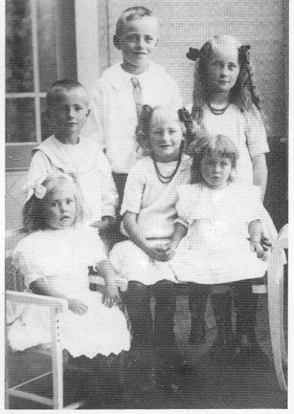 Seks Bratteli-barn fra Hovland, ca. 1917. Nederst til venstre Esther Marie (Tønnessen) f 1912, bak henne Trygve Martin f 1910, bak Hans Georg f. 1905 og Harriet Karoline (Erlandsen) f 1907, sittende med halskjede Agnes Regine (Holm) f 1908 og Torborg Alice (Pettersen) f 1914. Fru Martha Bratteli hadde sydd alle barnas klær og faren Terje Hansen Bratteli hadde sydd alle sko.