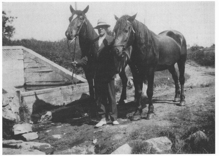 Bjarne Stabell med hestene Jack og Geisha ved Bjønnesolla i 1927. Merker etter forskaling kan ses i det nye murbassenget. Den gamle, steinlagte olla kan såvidt skimtes nederst til venstre. (Foto tilhører Sofie Lundesgaard).