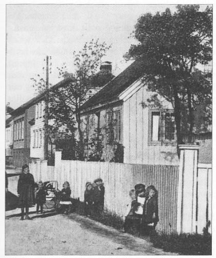 Elise ble eier av huset i Strandgaten i Lillesand etter separasjonen fra Svend Foyn i 1842. De to hadde bodd til leie, og nå må han ha sørget for at hun skulle bo trygt når hun ble alene. (Foto: Helges Studio, Lillesand)