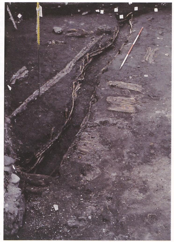Her ser vi deler av veggrillen, grøfta, fra et langovalt hus fra rundt år 1000. Dette huset ble funnet på eiendommen Storgaten 35 i Tønsberg. (Foto: Riksantikvaren.)