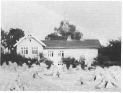 Gyldne kornbånd foran gamle Herstad skole. Hentet fra Nøtterøy-filmen 1939.
