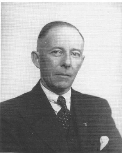 Ordfører og rådmann Olaf Frich ble født 19.6. 1893 i Bamle. Etter examen artium og diverse studier slo han seg ned i Hof i 1932. I 1941 ble han NS-ordfører i Hof, fra 1. 1. 1943 på Nøtterøy. Frich ble i mai 1947 dømt til åtte års tvangsarbeid.