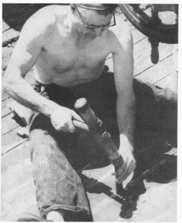 Kylle - kalfaterhammer - her brukt sammen med drevjern for å nate dekket.