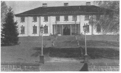 Tinghaug etter påbyggingen i 1953.