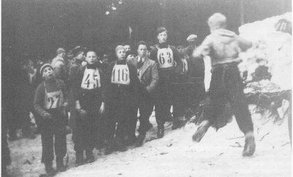 TK arrangerer renn i Kikutbakken 6. februar 1938. Fra venstre TIF-hopperne Eivind Henriksen, Arne Wilh. Jensen, Lars Kr. Larsen, Harry Nilsen, Kaare Wigdal og Nils Edv. Torjesen med ryggen til.