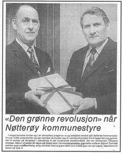 Faksimile av Tønsbergs Blad 28. februar 1975. Jordskiftedommer Håkon Ulvestad overleverer ordfører Sigurd Tjomstøl en pakke med 4600 protester.