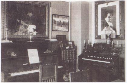 Musikkværelset i Lundveien 10. Det store bildet av Beethoven over orgelet er tegnet med kullstift av Victor Riedel. Over pianoet et maleri fra en scene i operaen Othello av Verdi. Foto utlånt av forfatteren.
