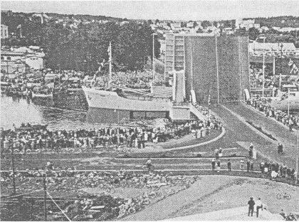 """Den nye kanalbroen ble åpnet 22. juni 1957. Bildet er tatt fra Nøtterøysiden, Tønsbergs rådhus Gunnarsbø lengst til venstre. (Bilde fra """"Tønsberg gjennom tidene"""" — 1971.)"""