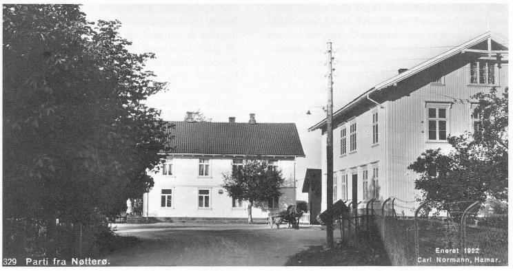 """Fra 1877 til 1922 leide kommunen møtelokale i 2. etasje i Nøtterø Forbrugsforenings forretningsbygg """"Borgheim"""" til høyre i bildet. Bygningen i bakgrunnen huser fortsatt Nøterø Bakeri. (Postkort utgitt av Carl Normann 1922 — utlånt av Karin B. Fyksen.)"""