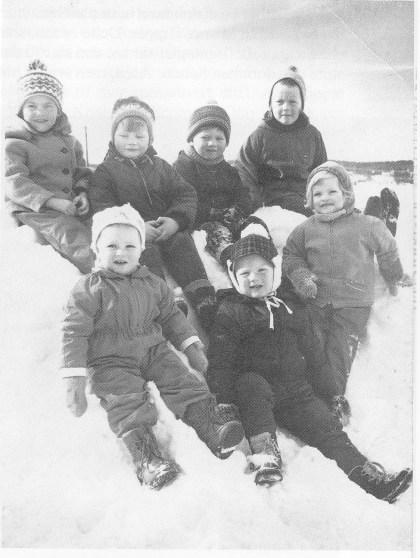 Glade Gipø-barn i snøhauen. Foran fra venstre: Turid og Steinar Fuglestrand og Lene Hansen. Bak: Heidi Hansen, Ivan og Agnar Johansen og Hilde Hansen. (Foto utlånt av forfatteren.)