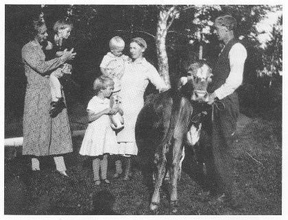 Fra venstre: Maren Mann med fosterdatteren Frida på armen (jfr. artikkelen til Astri Andersen), Kari Marie, Mathea Schjes vold med lille Syver på armen og Ole Eugen Schjesvold med kua. (Foto utlånt av forfatteren.)