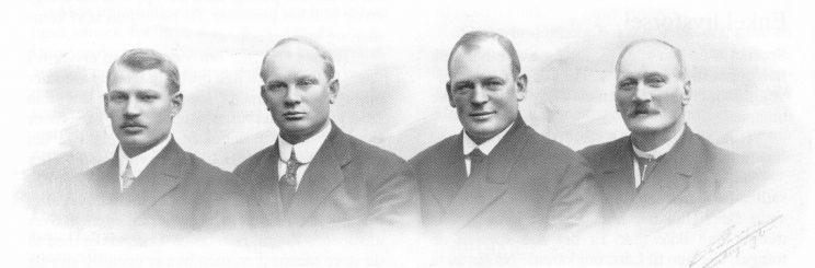 Bernt Sørensen med tre av sine sønner, fra venstre: Jens, Herman og Søren. (Foto utlånt av Karl Jan Skontorp.)