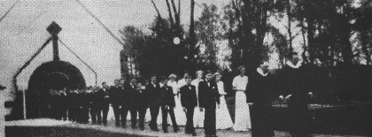 Sogneprest Aanderaa og hjelpeprest Gudmund Gran leder prosesjonen av konfirmanter i 1952. Det var siste året før konfirmantkapper ble innført. (Nøtterøy menighetsblad 15.6. 1952)
