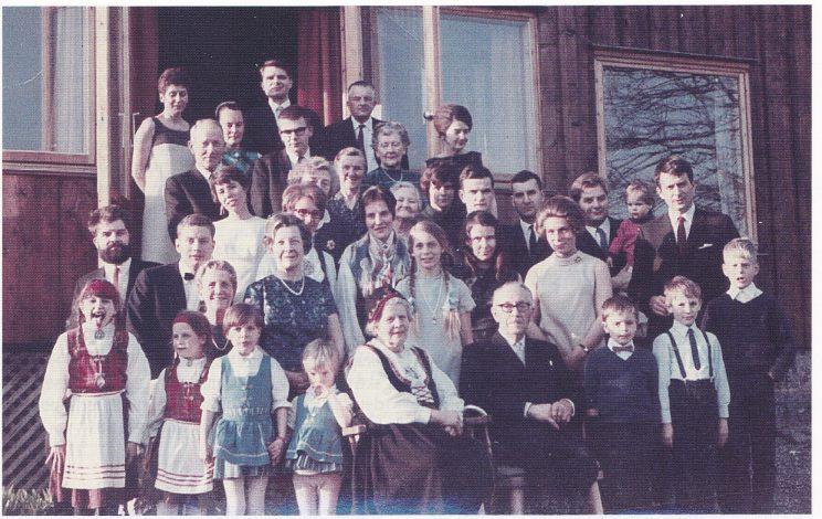 Ekteparet Aanderaa med familie samlet på Margretes 70-årsdag 6.5. 1969. Margrete i bunaden fra 1949. (Foto utlånt av Stein Aanderaa)