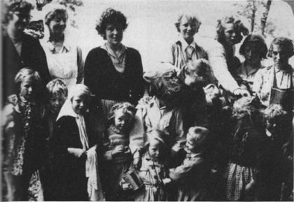 De ansatte oе en del av på det første kullet i 1948. (Foto utlånt av Elisabeth Sæter Andersen)