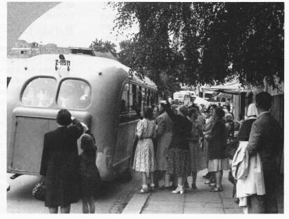 Mange av mødrene samlet ved bussen rett før av reise til Glomstein. (Foto utlånt av Elisabeth Sæter Andersen)