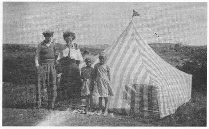 """Gode barndomsminner – her familien Hermansen fra Kolberg på telttur på Eikornholmen Ca. 1935. Teltet er hjemmesydd av markiseduk. Fra Venstre Henrik Hermansen, kona Astrid og døtrene Else Marie (""""Dukke"""") og Reidun. (Foto utlånt av Reidun Evensen)."""