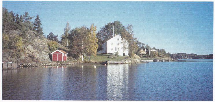 Oslebakke på Veierland med det gamle gjestgiveriet og tollstedet. (Foto: Tor Bjørvik)