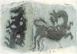 Billedstein, hjørnestein, med motiv fra begge sider: Fra kirkens nordøstre hjørne. Hører til de sekundært anvendte deler fra den eldre kirken. De to dyrene til venstre, som biter hverandres rygg, er utgangspunktet for Nøtterøy Historielags emblem.