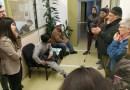 Antidesnonaments de Ciutat Meridiana irrompen a regidoria per demanar una reunió urgent