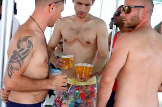 Turistas de fiesta en un party boat.