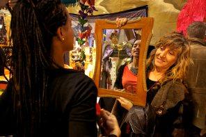 Una cliente se prueba un collar. Foto: Joan Costa