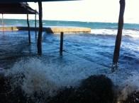 El chiringuito de Es Pouetó, en Sant Antoni, está completamente inundado debido al oleaje. Foto: D. Ventura
