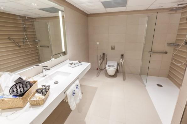 Aspecto del amplio cuarto de baño, totalmente adaptado