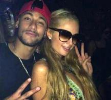 Neymar posa junto a Paris Hilton, con la que coincidió la pasada noche en una discoteca de Ibiza. Foto: Instagram Neymar
