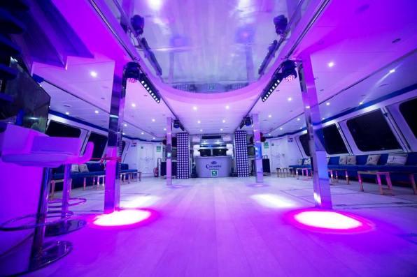 Una enorme sala de baile en el interior del Exodus.