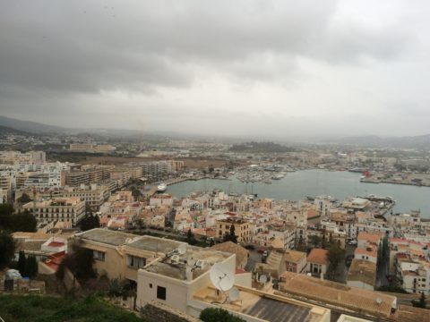 Cielo nublado sobre la ciudad de Eivissa