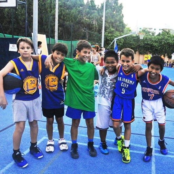 Varios de los jugadores del Ibiza Top-3, la mayoría con camisetas de equipos de la NBA.