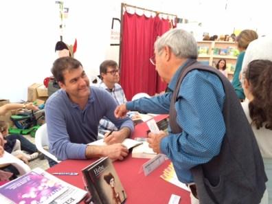 El historiador Antoni Ferrer Abárzuza firmando un libro.