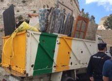 Un camión repleto de escombros.
