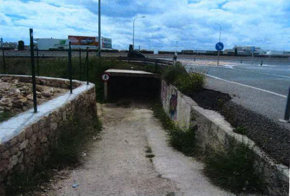 El paso de la obra de drenaje por el torrente de s'Olivera que utilizan muchas personas para atravesar la carretera, a pesar de que el paso está prohibido.