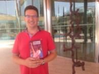 El periodista Joan Lluís Ferrer posa con un ejemplar de su nuevo libro.