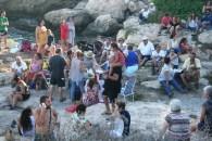 Varias familias disfrutan de la merienda en Puig des Molins.