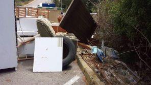 Imagen de los utensilios abandonados de forma incorrecta en el municipio de Sant Joan.